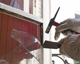Remplacer une vitre cass e sur une ancienne fen tre - Changer un carreau de fenetre ...